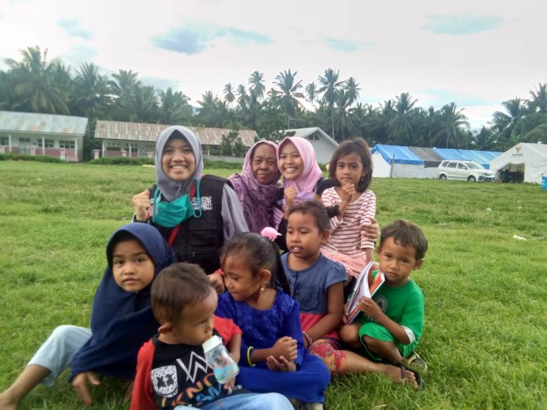 5 Santriwati KMI Putri menjadi Relawan Bencana di Palu